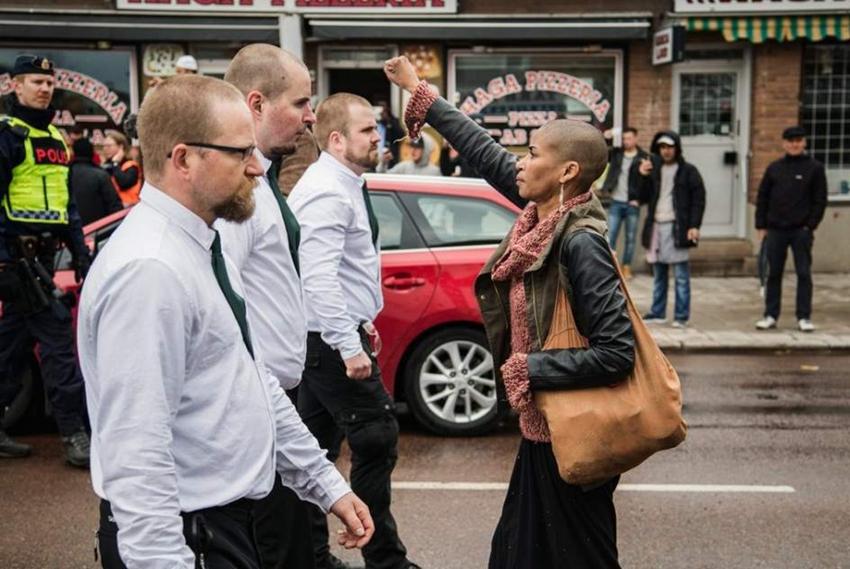 Una mujer negra se enfrenta a 300 manifestantes neonazis en Suecia