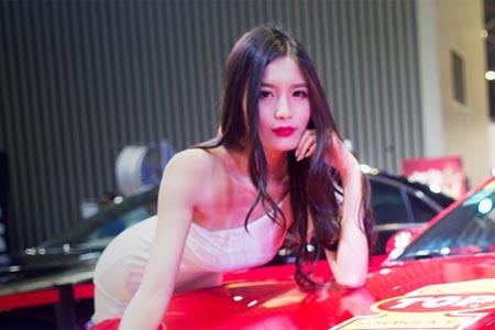 Guapa modelo de exposición del automóvil