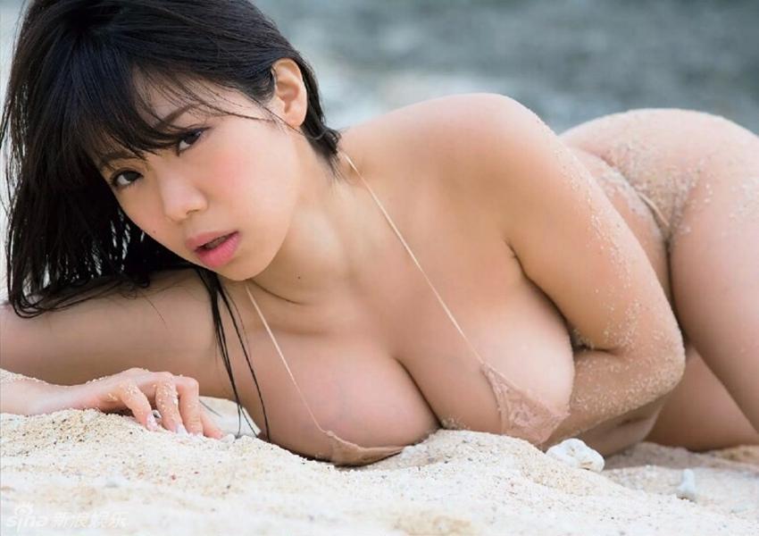 Estrella japonesa muestra sus tetas copa H en lencería