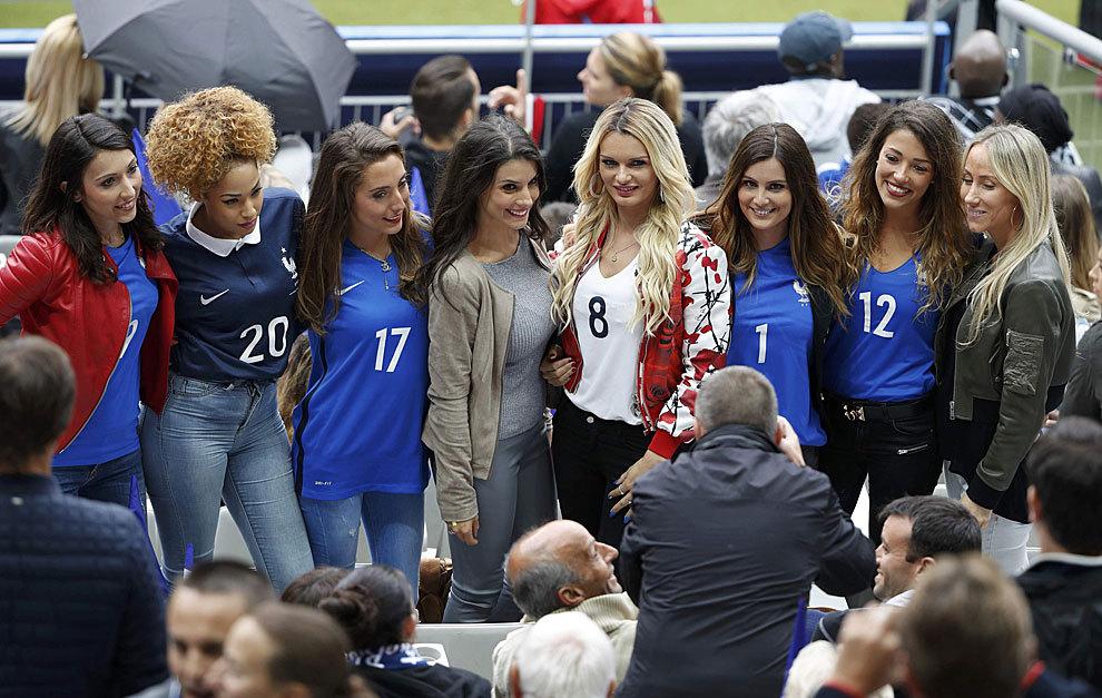 Las mujeres y novias de varios jugadores franceses posan para los fotógrafos en París