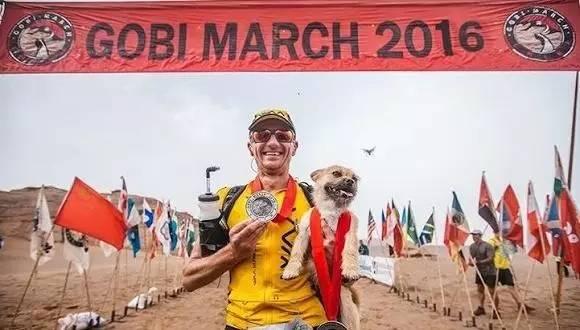 Atleta desolado por la pérdida de un perro en el desierto
