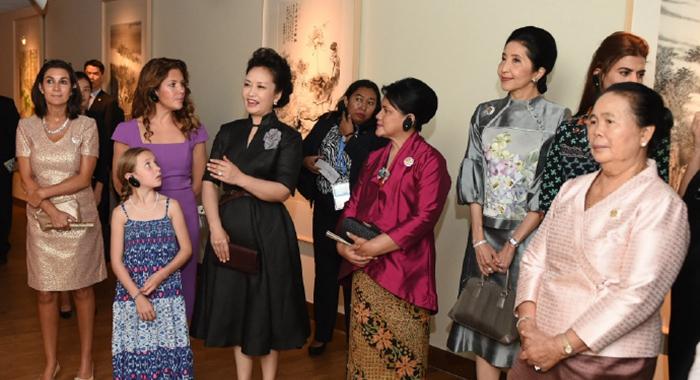 Peng Liyuan y esposas de líderes de cumbre visitan Academia de Arte de China