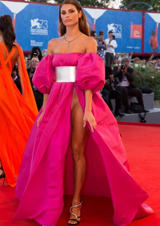Dos modelos revolucionan venecia sin ropa interior en la alfombra roja - Commando ropa interior ...