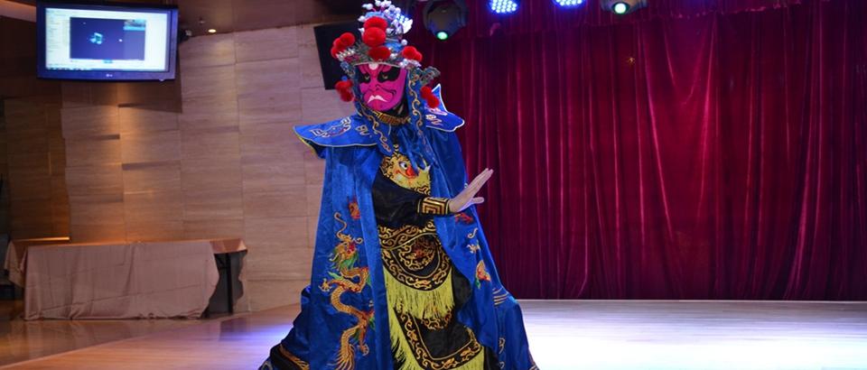Iwasaki Motoji: El joven japonés que maravilla con el cambio de máscaras