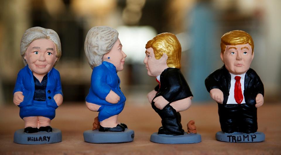 Miniaturas de Hillary Clinton y Donald Trump en posiciones incómodas