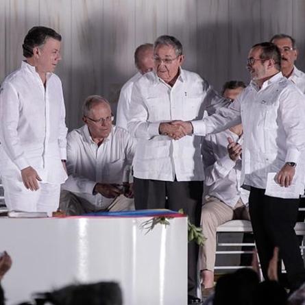 Timochenko se asusta durante discurso en firma de paz tras paso de avion militar