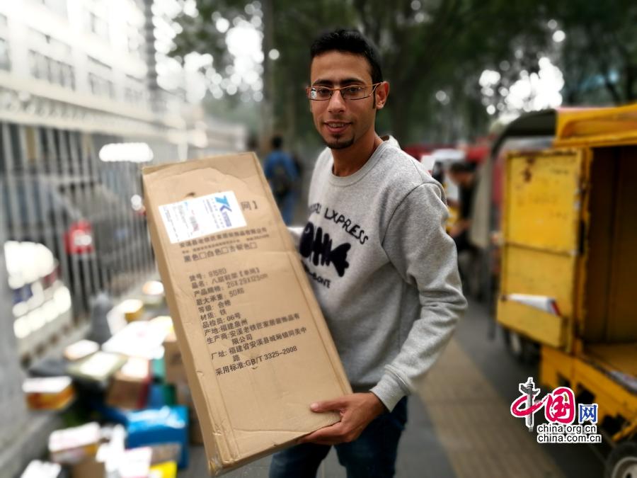 Joven egipcio se une a la locura del comercio electrónico en China