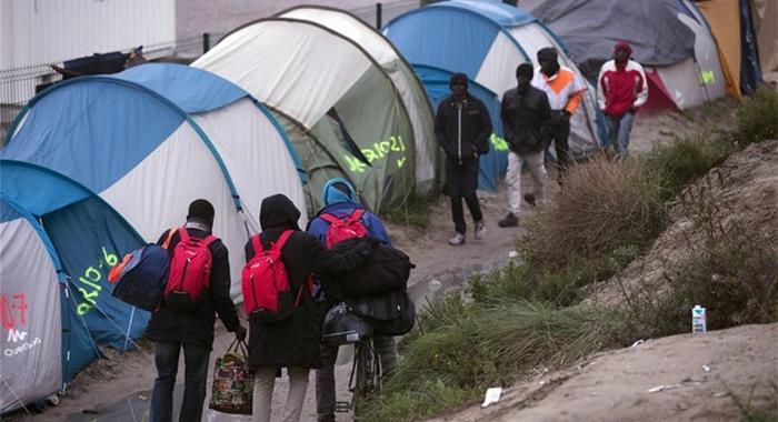 Francia comienza evacuación 'tranquila' de campamento de migrantes de Calais