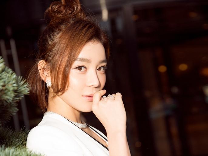 Actriz Yuan Shanshan posa en traje blanco
