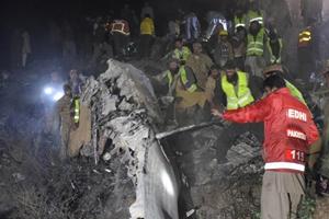 Avión pakistaní se estrella con 47 personas a bordo