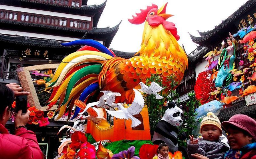 Decoraciones de Año Nuevo en el mercado Chenghuangmiao en Shanghai