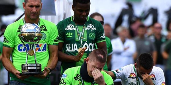 Los tres supervivientes del Chapecoense levantan su Copa