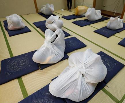 Japoneses usan el método equipaje humano para aliviar dolor del cuerpo