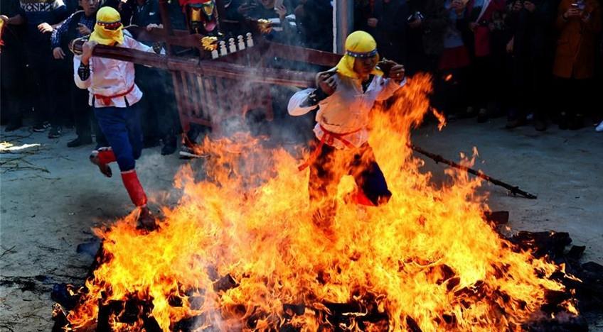 Fujian: caminan a través de carbón encendido para orar por pacífico y próspero