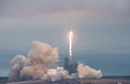 SpaceX lanza con éxito misión hacia EEI, cohete desciende en tierra firme