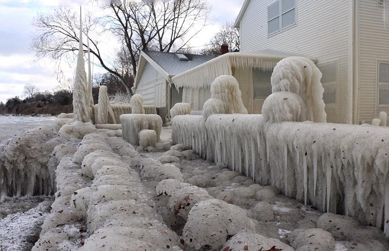 Casa estadounidense se convierte en escultura de hielo tras el paso de ola de frío1
