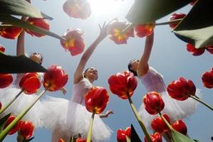 Bailarines interpretan la belleza de ballet en la primavera