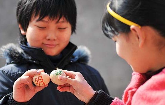 Hacen topar huevos cocidos celebrando el Festival de Qingming