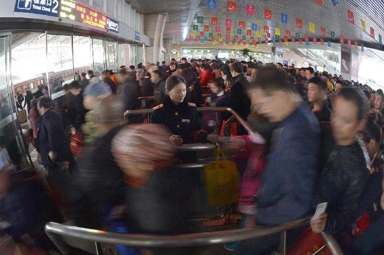 Aumentan viajes en tren durante vacaciones del Día de Limpieza de Tumbas en China