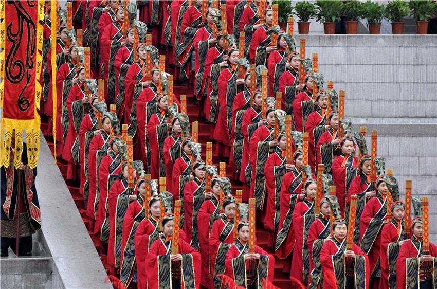 Miles de personas rinden tributo al Emperador Amarillo durante el Festival Qingming