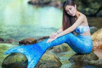 Bella modelo posa como una sirena