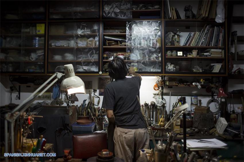 Artesano Ramón Vidal trabaja sobre 'virola' de mate en su taller