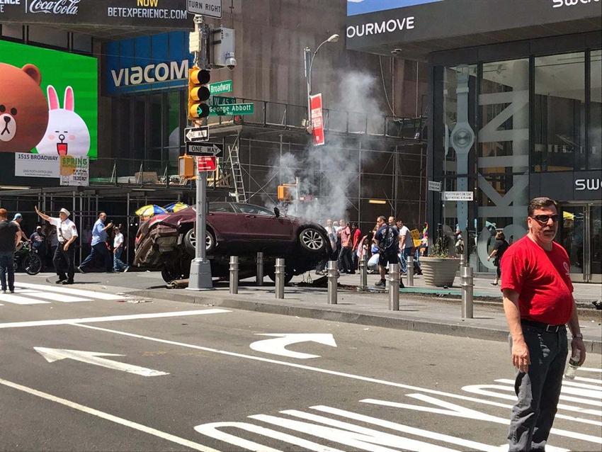 Auto pierde el control en Times Square de Nueva York