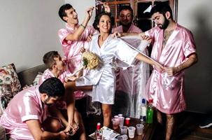 Novia brasileña celebra fiesta con amigos en su última noche de estar soltera