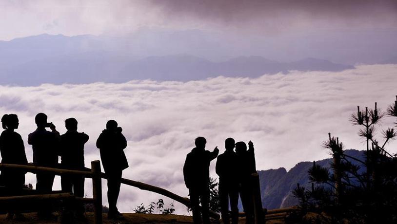 Paisaje de nubes sobre los prados en Zhenba