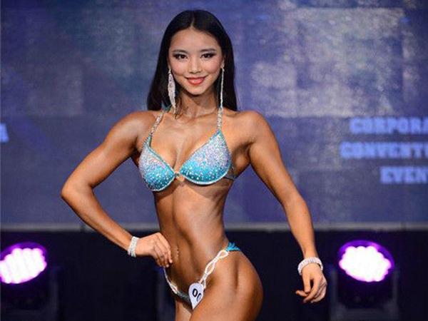 La china Tu Mengli se corona campeona asiática de fisiculturismo en bikini