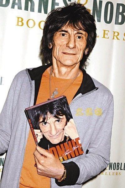Operan de un pulmón a Ron Wood, guitarrista de los Rolling Stones