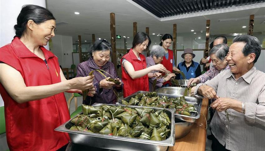 Se celebra Festival de Botes de Dragón en China