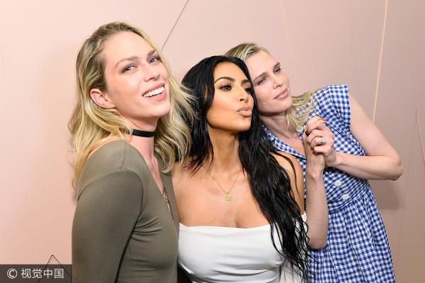 Kim Kardashian se pone cariñosa en la inauguración de KKW Beauty