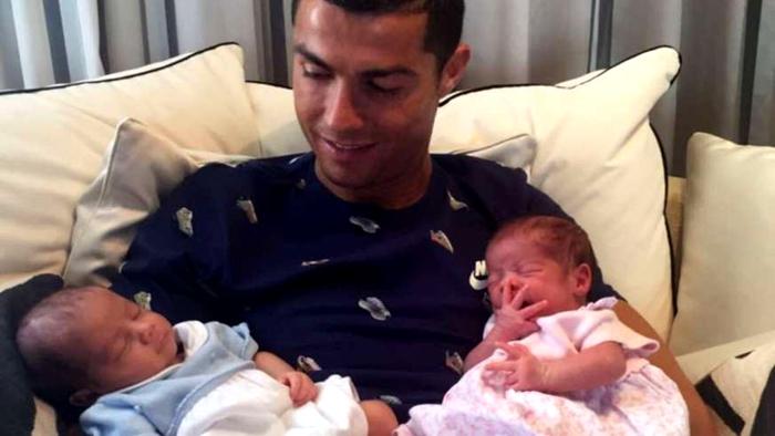 Cristiano Ronaldo recibe a sus gemelos