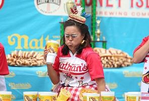 La locura de tragar los hotdogs en EEUU