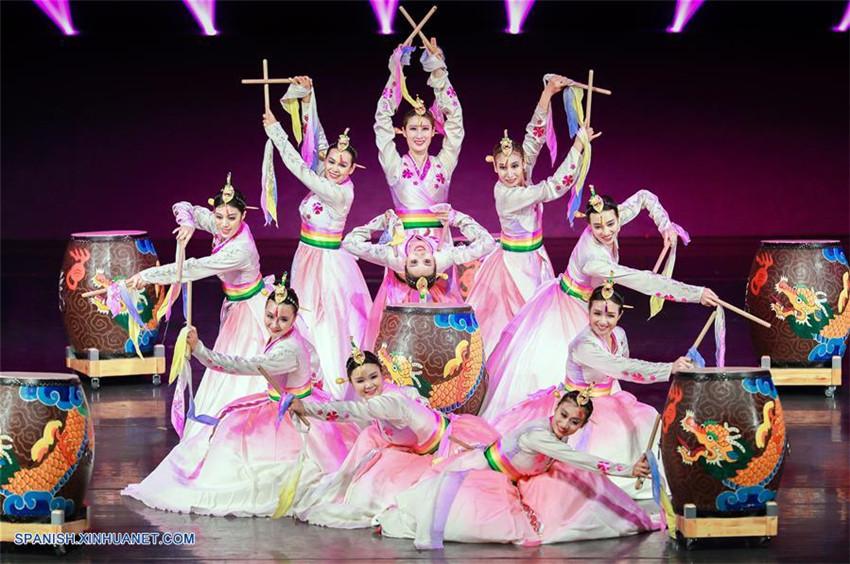 Se presentan diferentes danzas folclóricas de más de 20 grupos étnicos en Mongolia Interior