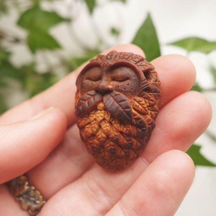 Artista talla las semillas de aguacate en criaturas del bosque mágico