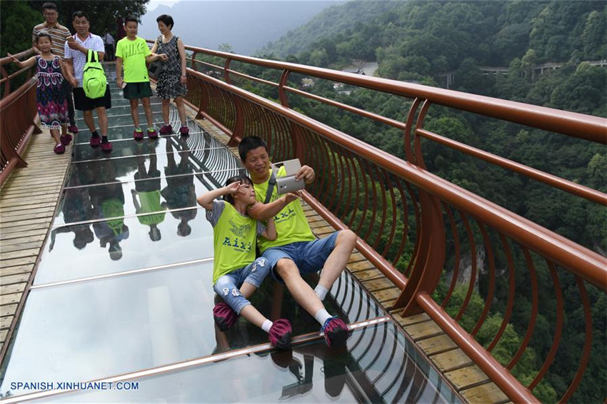 Camino de tablón con suelo de cristal en Shaanxi