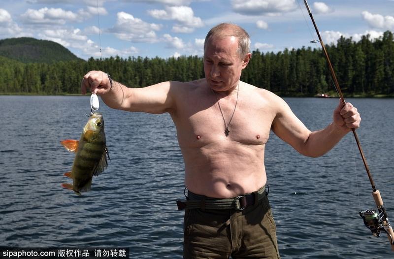Putin se convierte en pescador profesional en sus vacaciones 10