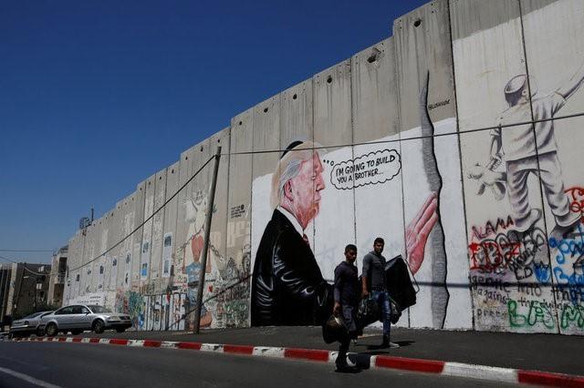 Caricatura de Trump aparece en el muro de separación1