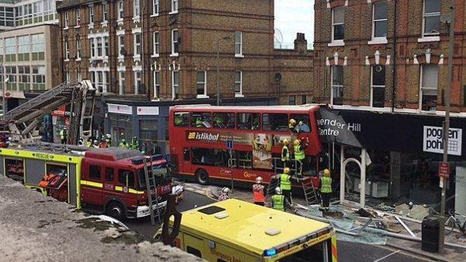 Choque de autobús con una tienda en Londres deja varios heridos