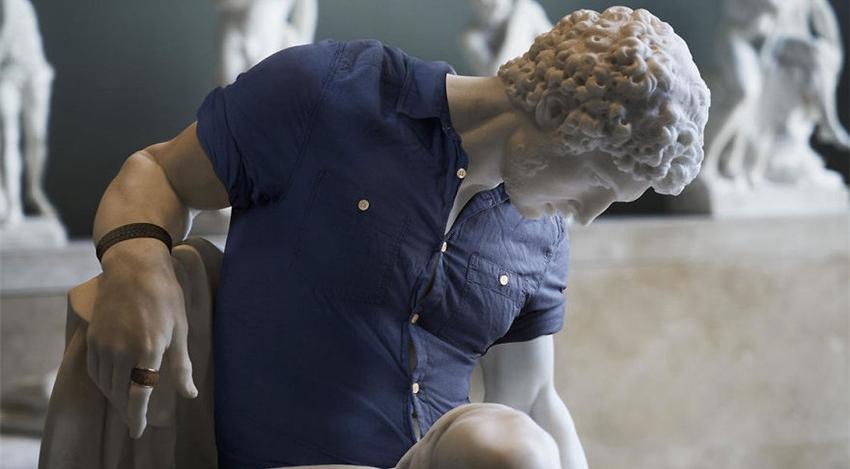 Esculturas clásicas vestidas con ropa moderna