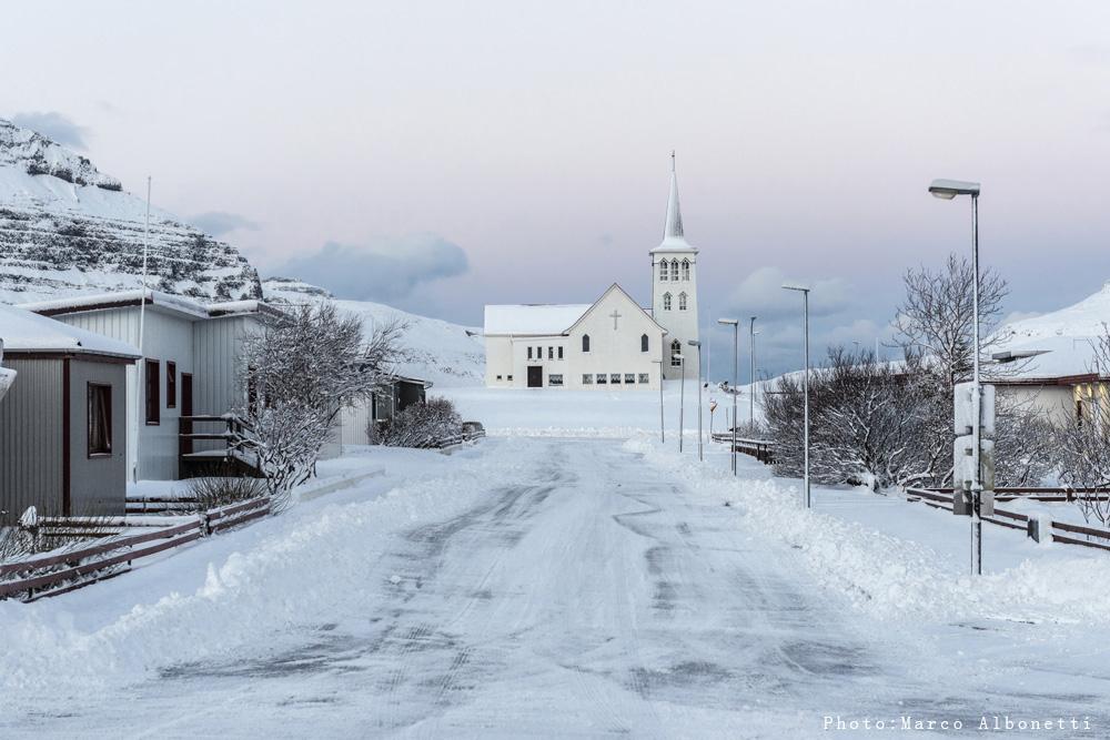 Fotos interesantes de las iglesias pequeñas en Islandia