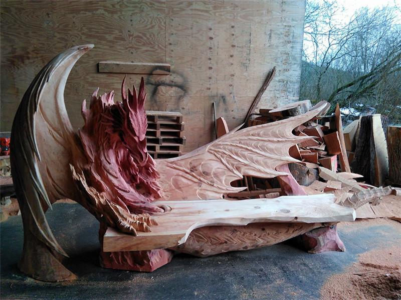 Este increíble banco de dragón fue tallado usando una motosierra