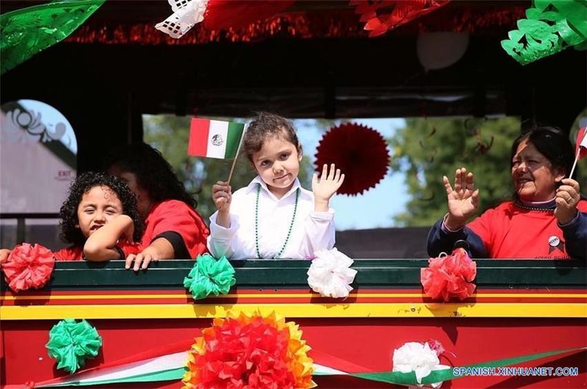 Un desfile previo al Día de la Independencia de México en Chicago