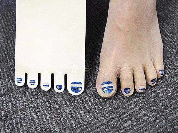 Medias con uñas pintadas
