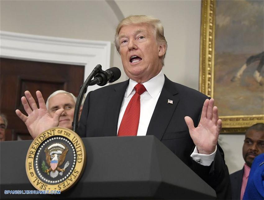 Trump firma orden ejecutiva para desmantelar Obamacare