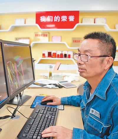 Xu Qijin, subjefe del equipo de trabajo de líneas de la empresa de suministro de energía SGCC de Suzhou en la provincia de Anhui