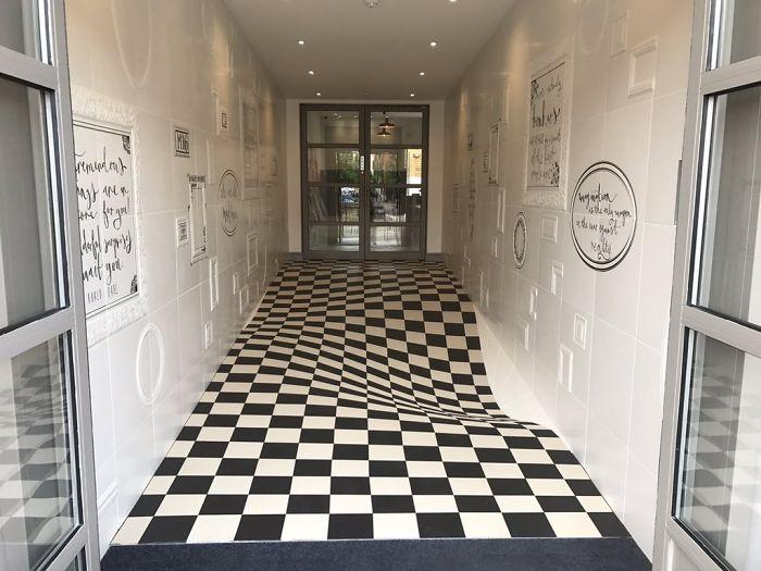 Esta compañía instaló un suelo especial en el pasillo para que la gente dejara de correr por él