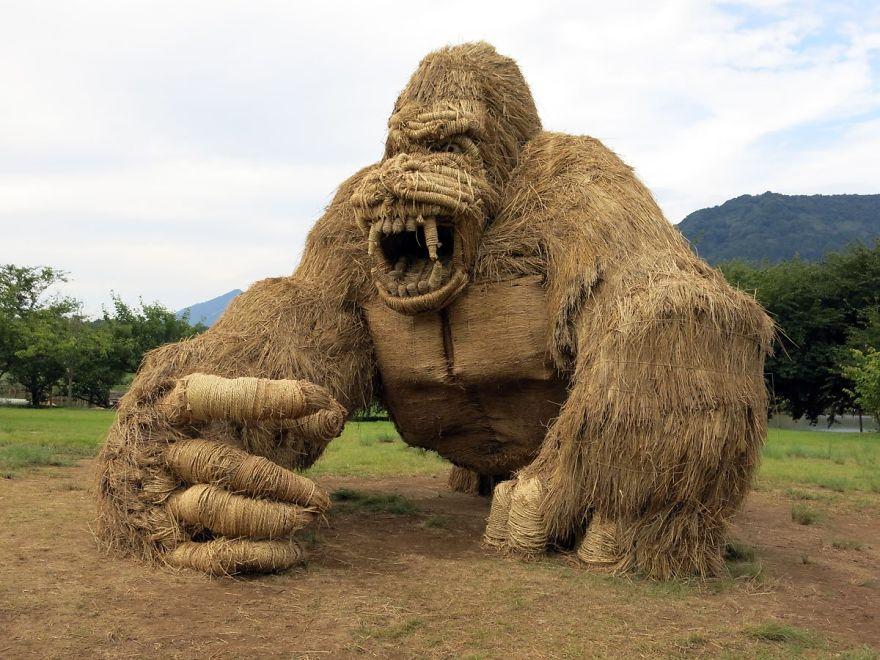 Fotos interesantes de los gigantes animales de paja en el campo tras la cosecha del arroz
